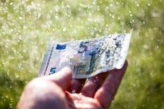 Vijf euro in een regen Royalty-vrije Stock Foto