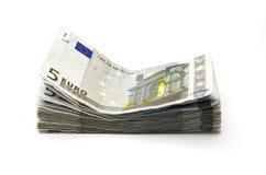 Vijf euro nota's stapelen op wit Stock Afbeeldingen