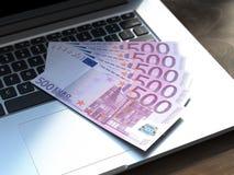 Vijf euro rekeningen op modern laptop toetsenbord Royalty-vrije Stock Afbeelding