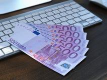 Vijf euro rekeningen op toetsenbord Stock Afbeelding