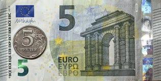 Vijf euro, vijf roebels Royalty-vrije Stock Foto's