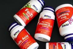 Vijf flessen met dieetsupplement onderhand Royalty-vrije Stock Fotografie