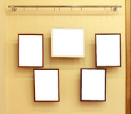 Vijf frames met canvas op de tentoonstellingsrichel Stock Fotografie