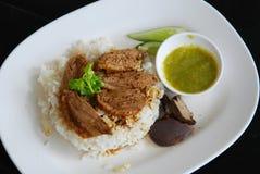 Vijf Gekruide gestoofde eend op gekookte rijst Stock Foto's