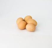 Vijf gespikkelde bruine eieren op wit Stock Afbeelding