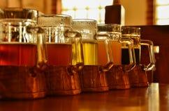 Vijf glazen van biertribune op een rij op de barlijst Royalty-vrije Stock Afbeelding