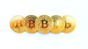 Vijf gouden bitcoinmedailles op wit stock foto's