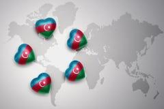 vijf harten met nationale vlag van azerbaijan op een achtergrond van de wereldkaart Vector Illustratie