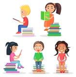 Vijf het lezen van Jonge geitjes die op Stapel van Literatuur zitten vector illustratie