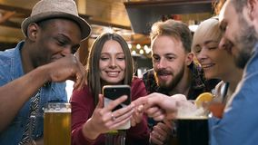 Vijf hipster het vrouwelijke en mannelijke peoplerelaxing in de bar, bar stock videobeelden