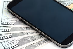Vijf honderd dollars en mobiele telefoon Royalty-vrije Stock Foto's