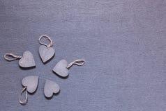 Vijf houten grijze harten samen stock foto