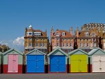 Vijf hutten van het Strand infront van traditionele Gehesen gebouwen Stock Foto's
