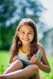 Vijf-jaar-oud meisje op de aard Royalty-vrije Stock Afbeeldingen