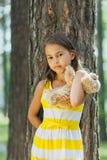Vijf-jaar-oud meisje op de aard Stock Fotografie