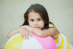 Vijf-jaar-oud meisje op de aard Stock Afbeeldingen