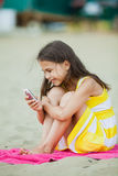 Vijf-jaar-oud meisje op de aard Royalty-vrije Stock Foto
