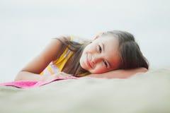 Vijf-jaar-oud meisje op de aard Royalty-vrije Stock Fotografie