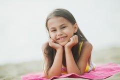 Vijf-jaar-oud meisje op de aard Stock Afbeelding
