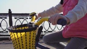 Vijf-jaar-oud weinig berijdende fiets van het blondemeisje in een oud park stock footage
