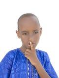 Vijf-jaar-oude Afro-jongen die een geïsoleerd geheim houden, royalty-vrije stock foto