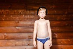 Vijf jaar oude jongens in borrels en de hoed stock foto's