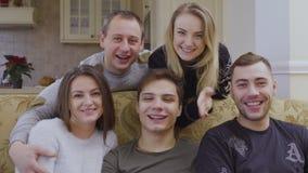 Vijf jonge Kaukasische handen van mensen gelukkig golven aan camera stock video