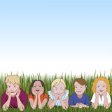 Vijf jonge kinderen die op zij hierboven leunen ellebogen op gras en ruimte voor tekst Royalty-vrije Stock Foto