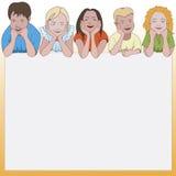 Vijf jonge kinderen die op zij leunen ellebogen en ruimte voor hieronder tekst Stock Afbeelding