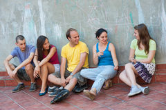 Vijf jonge mensen het spreken Stock Afbeeldingen
