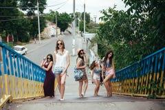 Vijf jonge mooie meisjes in de stad royalty-vrije stock foto's