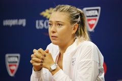 Vijf keer Grote Slagkampioen Maria Sharapova tijdens persconferentie vóór US Open 2015 royalty-vrije stock foto