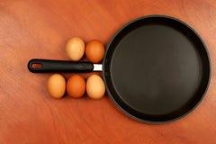 Vijf kippeneieren op de pan alvorens te koken Stock Fotografie