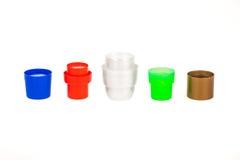 Vijf kleurrijke detergent kappen die op wit worden geïsoleerde. Stock Afbeeldingen