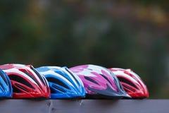 Vijf Kleurrijke Helmen van de Fiets in openlucht Royalty-vrije Stock Afbeelding