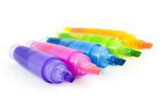 Vijf kleurrijke highlighters stock afbeeldingen
