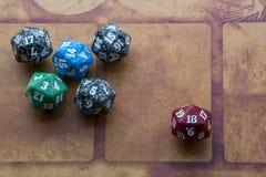Vijf kleurrijke kubussen met rode  Stock Fotografie