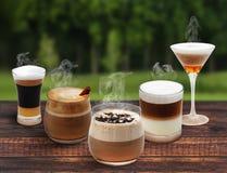 Vijf koppen van koffie op de houten lijst Stock Foto's
