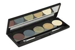 Vijf kosmetische stevige geplaatste oogschaduw, product in slanke die zwarte doos, schoonheidsproduct op witte achtergrond, het k stock foto's
