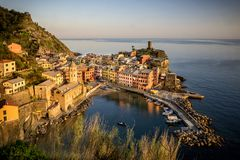 Vijf Land Cinque Terre, Ligurië: Het dorp van de Vernazzavisser bij zonsondergang Italië royalty-vrije stock fotografie