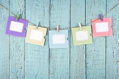 Vijf lege fotokaders die met wasknijpers hangen Stock Fotografie