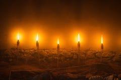 Vijf lichte brandtoortsen, de illustratie van de steenmuur van oude middeleeuwse kasteelnacht Stock Foto's