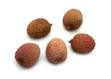 Vijf lycheevruchten op witte close-up Stock Afbeelding