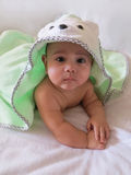 Vijf-maand-oude babyjongen in een badhanddoek Royalty-vrije Stock Afbeelding