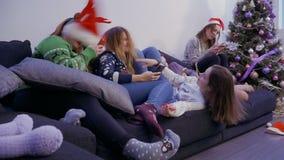 Vijf meisjes die bij bank thuis ontspannen stock video