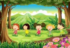 Vijf meisjes die in het midden van het bos spelen vector illustratie