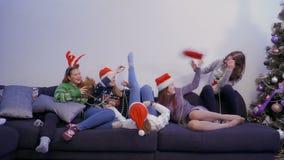 Vijf meisjes hebben pret thuis, langzame motie stock videobeelden