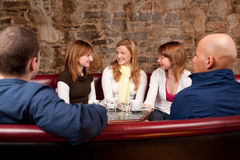 Vijf mensen in koffie winkelen Stock Afbeeldingen