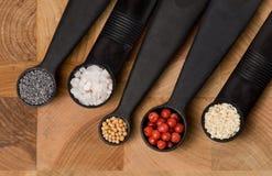 Vijf metende lepels met kruiden Stock Foto's