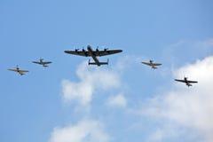 Vijf militaire vliegtuigen in de hemel tijdens een lucht tonen Stock Foto's